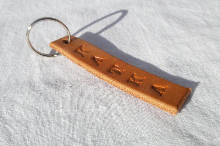 Kožený přívěsek na klíče se jménem