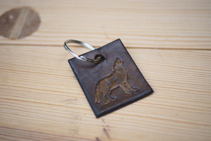 Kožený přívěsek na klíče vlk