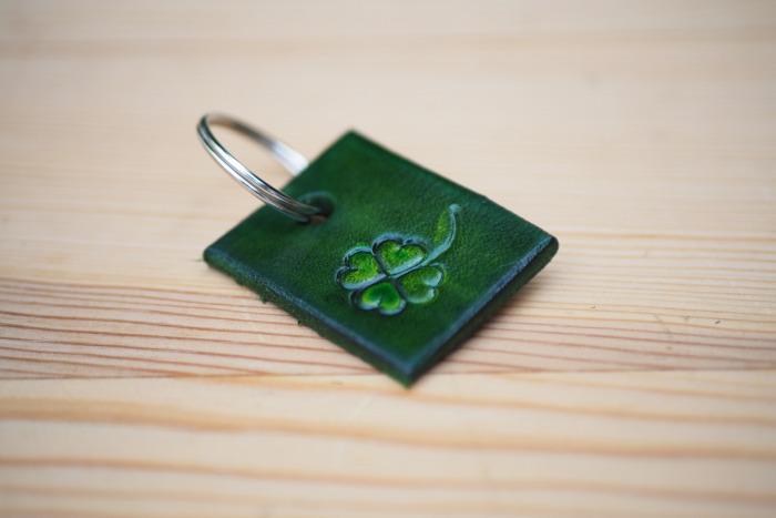 Kožený přívěsek na klíče čtyřlístek